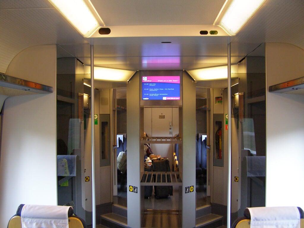 Interior del tren de aeropuerto de Oslo