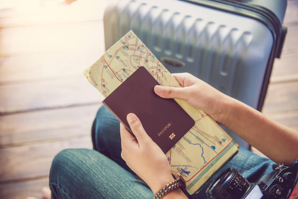Mujer con el pasaporte en la mano