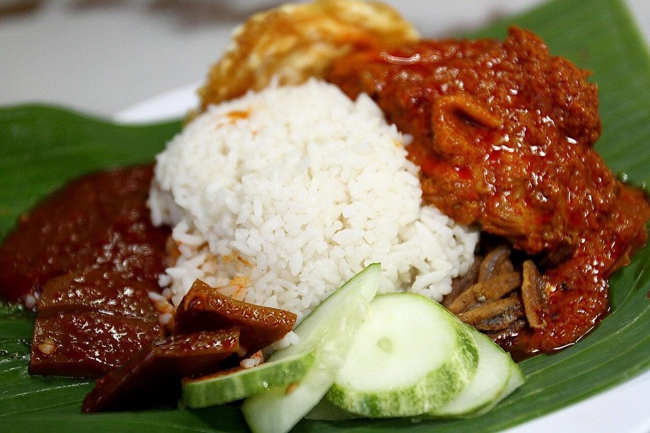 Plato de nasi lemak