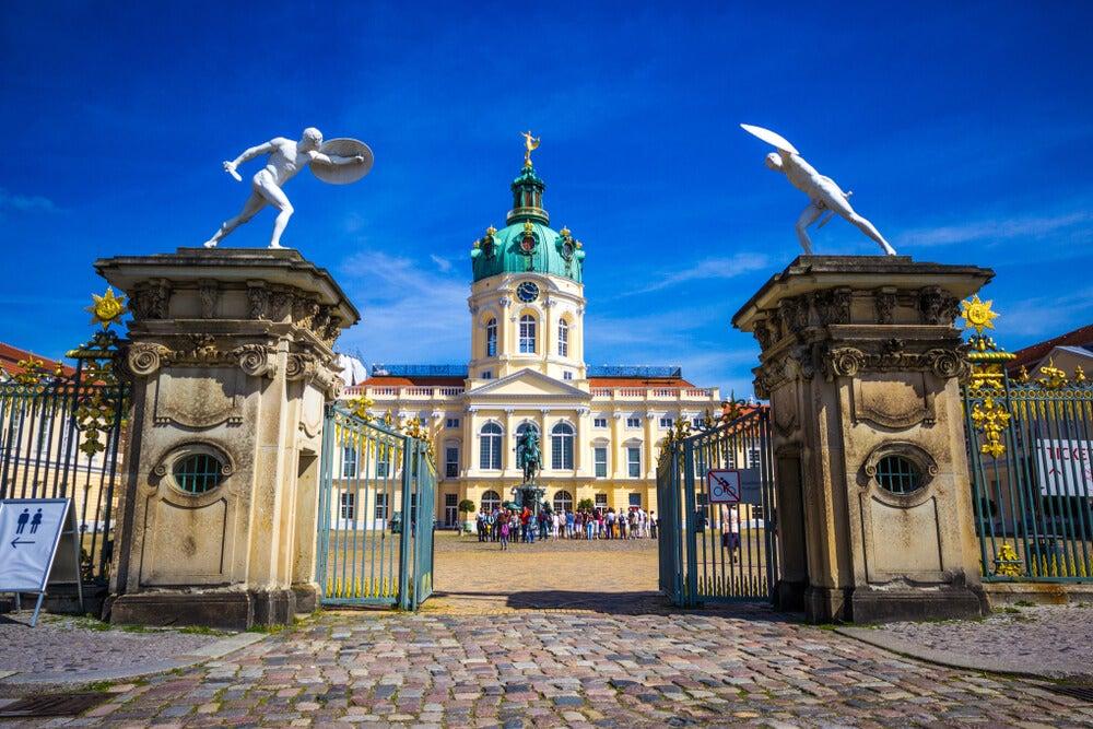 Pasea por el palacio de Charlottenburg en Berlín