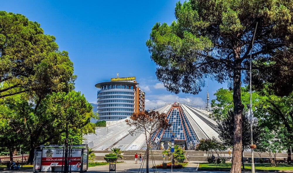 Vista de la Pirámide de Tirana