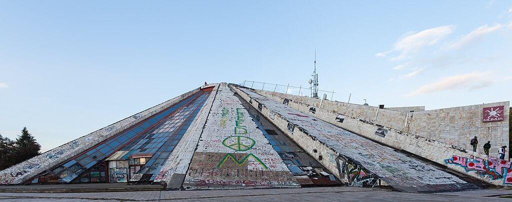 Pirámide de Tirana antes de la rehabilitación