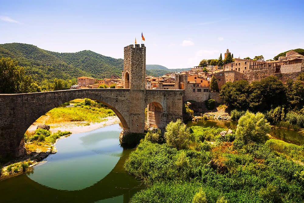 Puente románico del pueblo medieval de Besalú