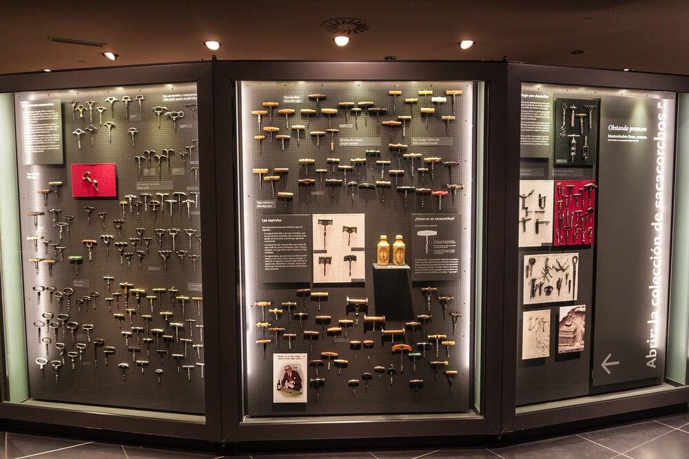 Exposición de sacacorchos en el Museo de la Cultura del Vino