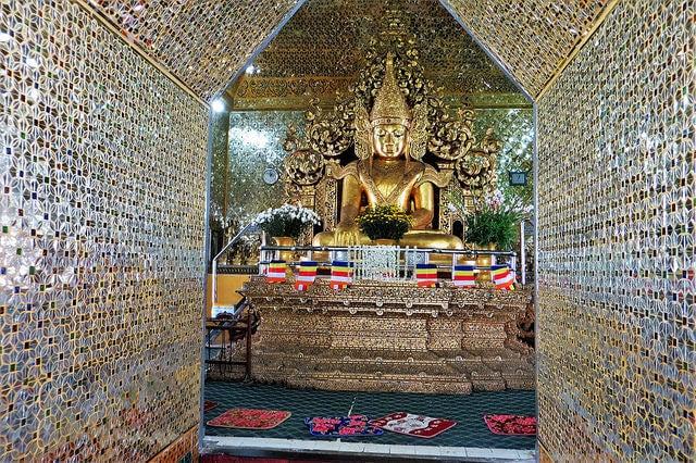 Buda en el Templo Mahamuni de Mandalay