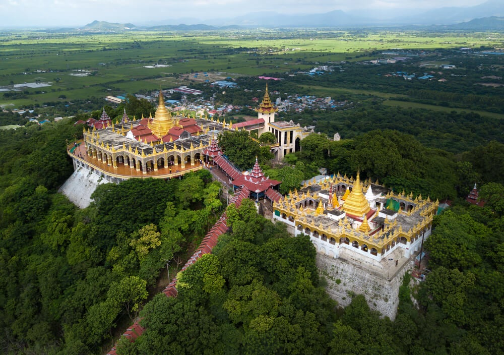 Templo en Mandalay y río Ayeyarwady