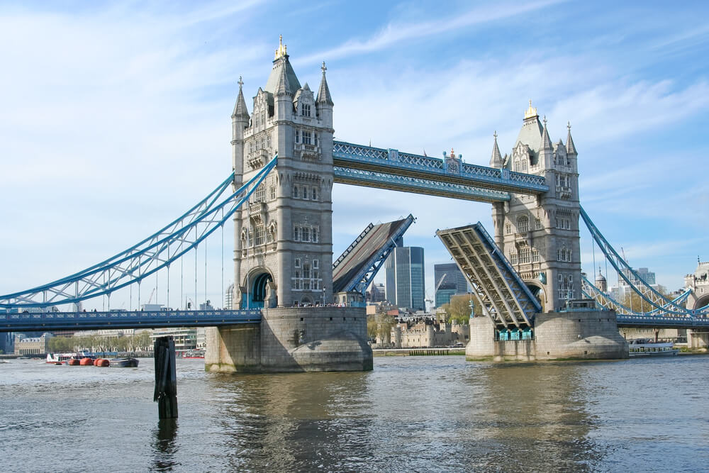 Tower Bridge de Londres abierto