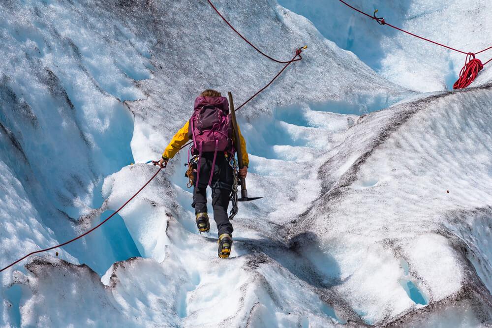 Excursionista haciendo trekking en el glaciar Jostedal