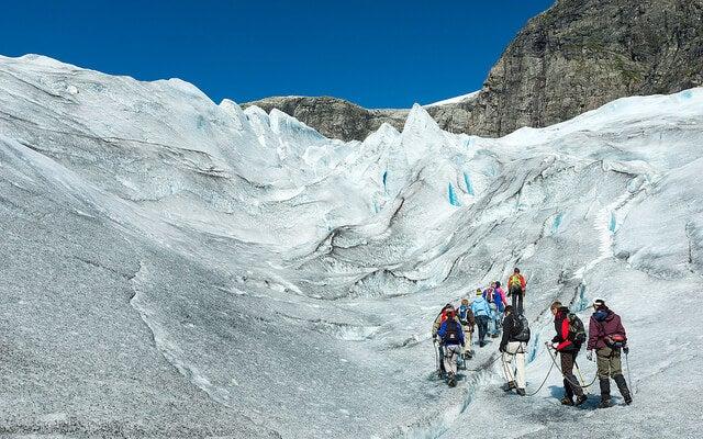 Excursionistas en el glaciar de Jostedal