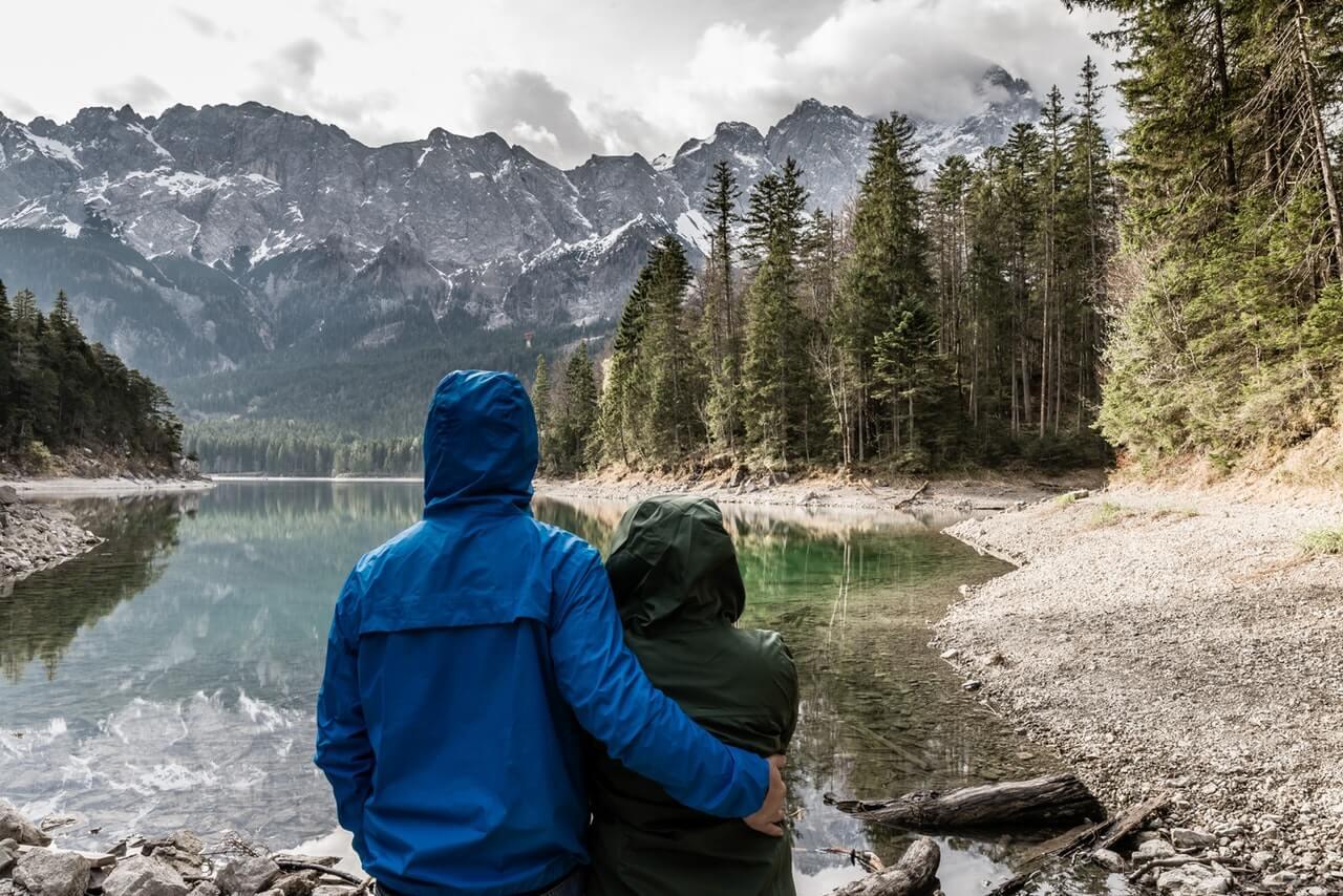 Viajeros mirando un paisaje