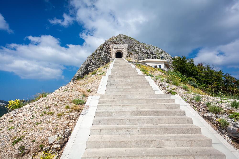 Escaleras de acceso al mausoleo de Njegos