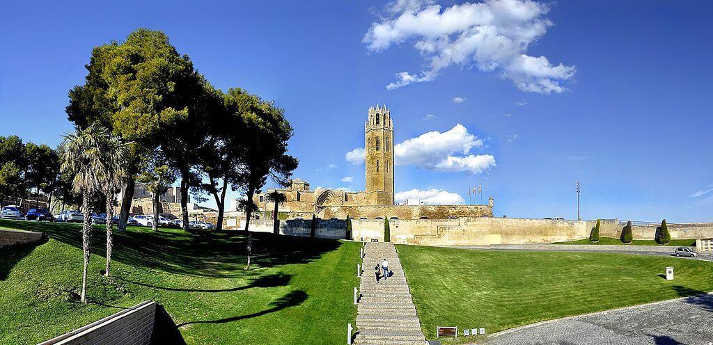 Acceso a la catedral gótica de Lleida