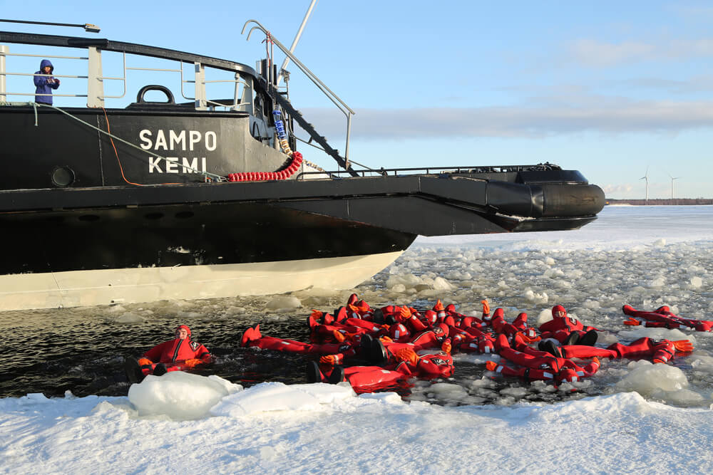 Baño en el Báltico, una actividad del crucero en el rompehielos Sampo