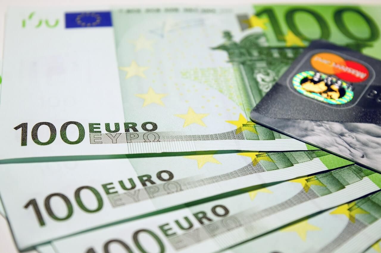 Dinero y tarjeta de crédito