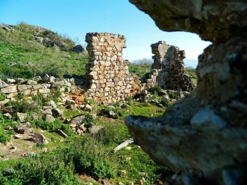 Muros del castillo de Lares