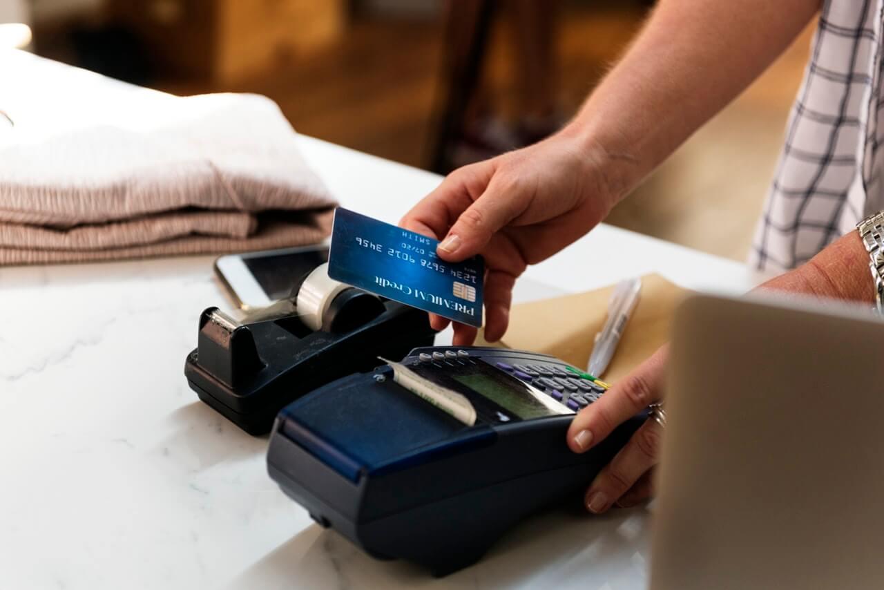 Hombre pagando con una tarjeta de crédito