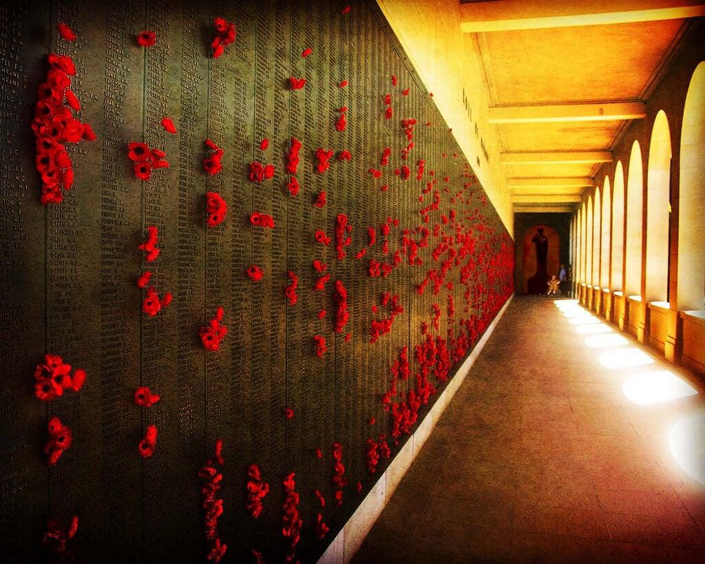 Placas con los nombres de los caídos en el Centro Conmemorativo de Guerra Australiano
