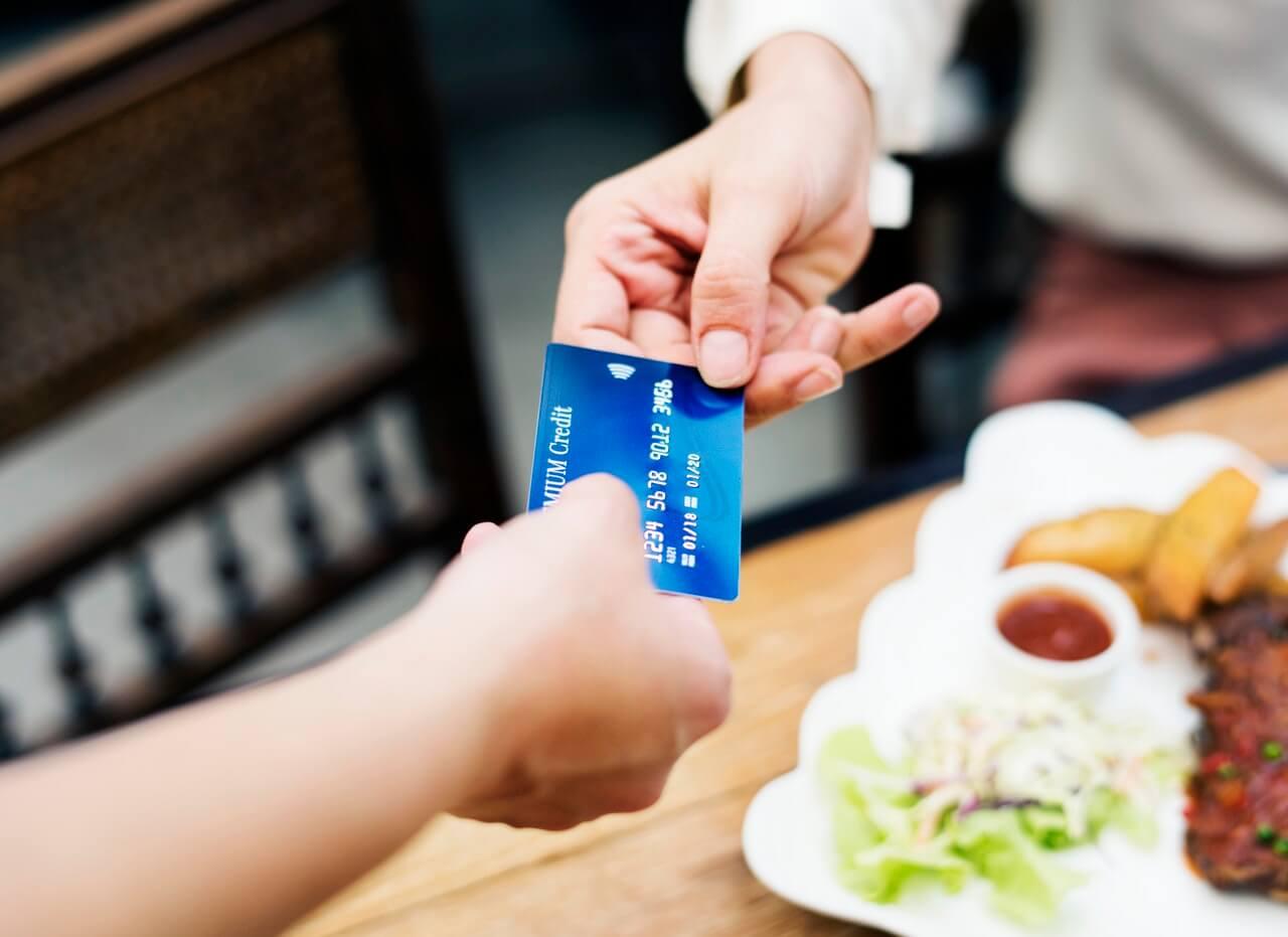 Tarjeta de crédito para pagar comida
