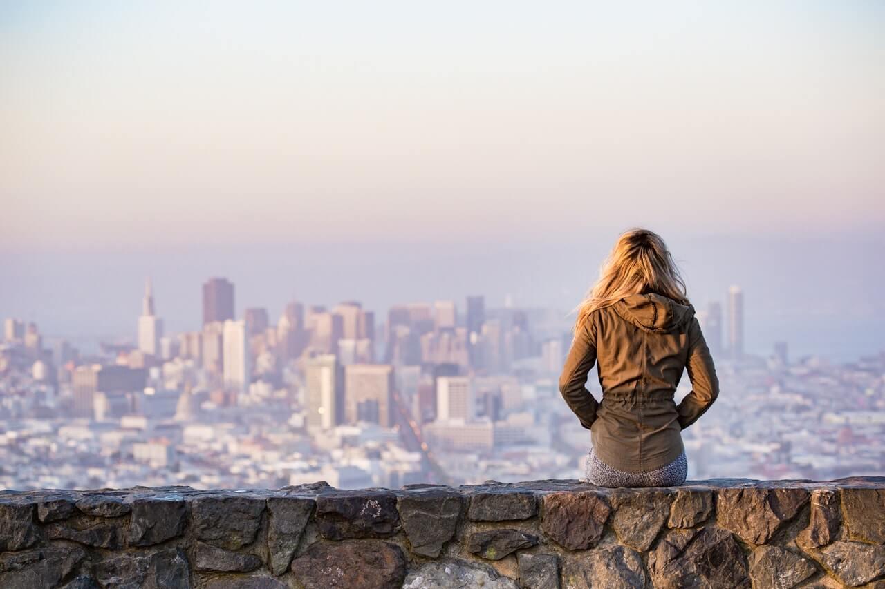 Viajera mirando una ciudad