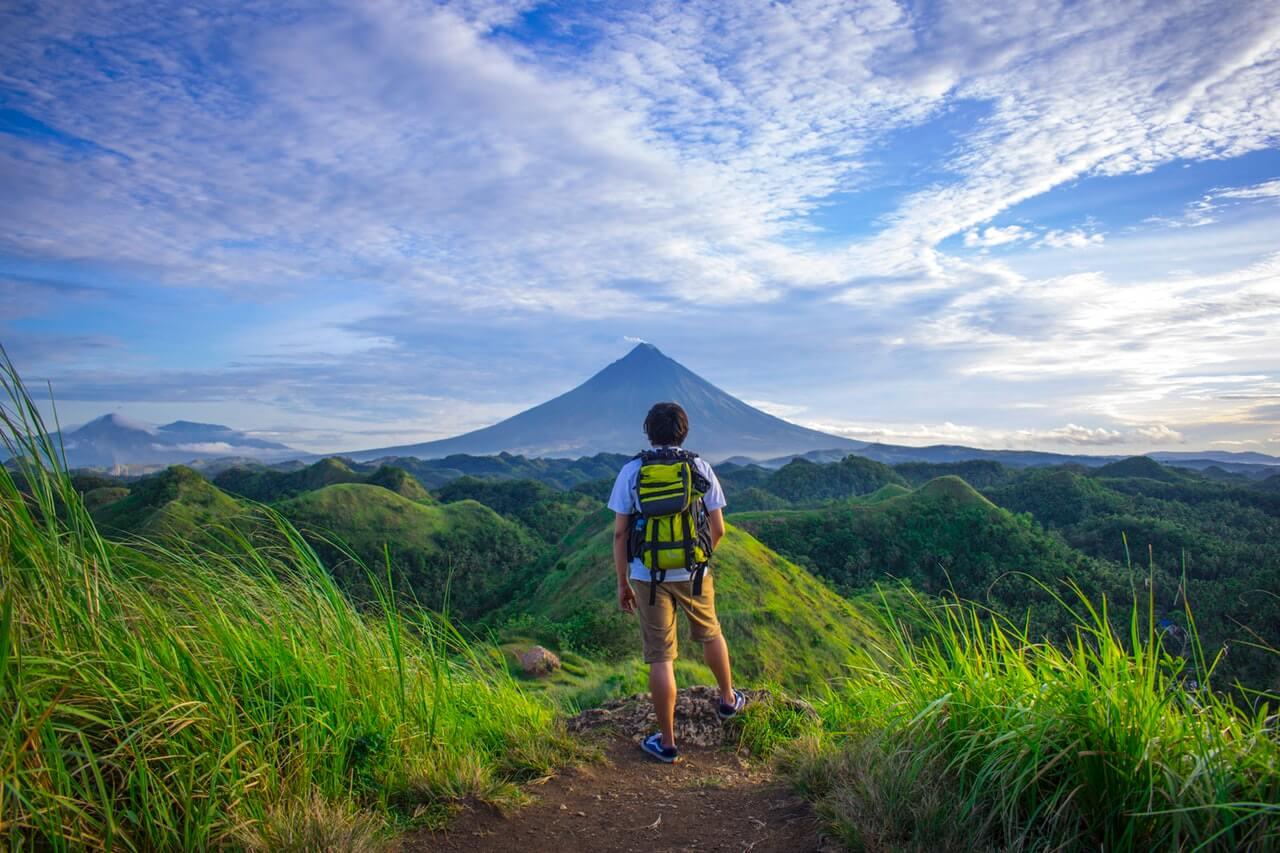 Viajero caminando en la montaña