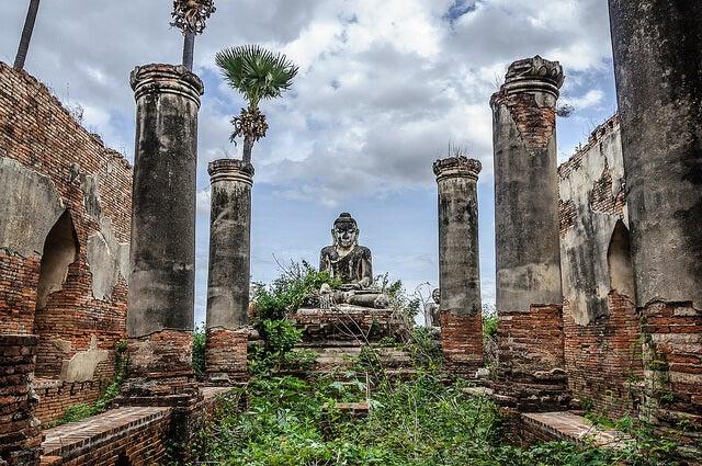 Yadana Hsemee en las ruinas de Inwa