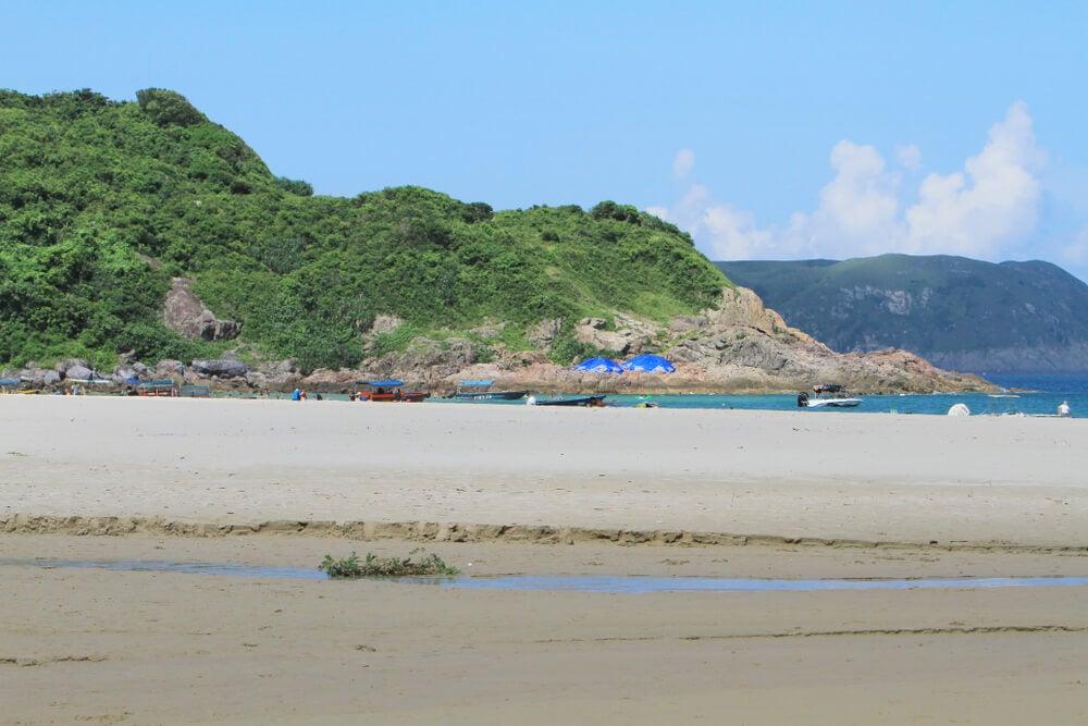 Bañistas en la playa de Ham Tin