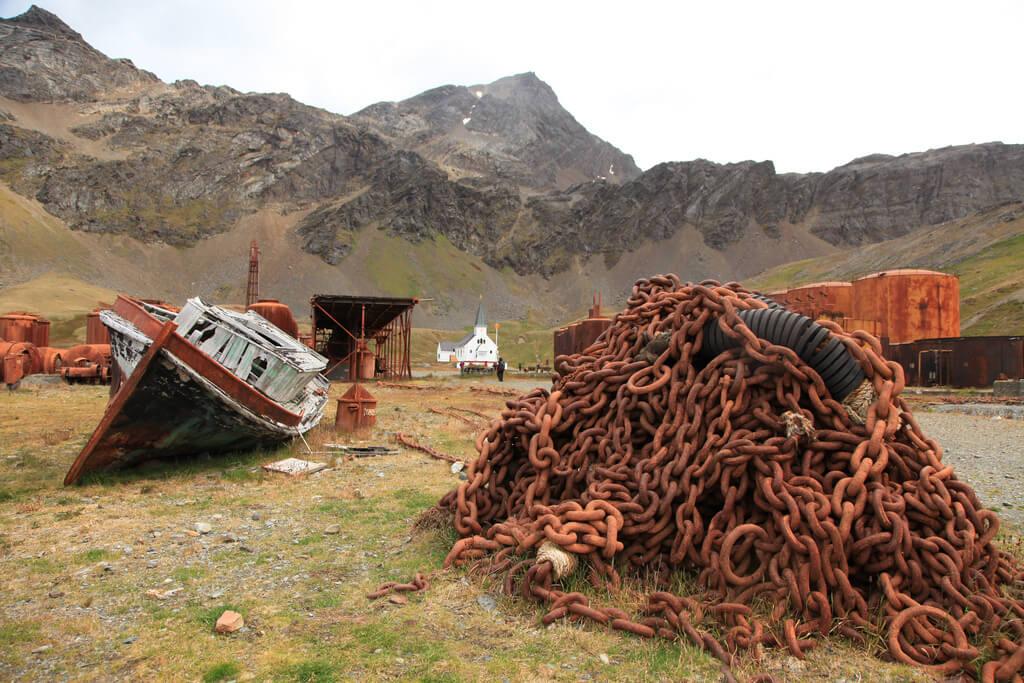 Barcos y cadenas abandonados en la estación de Grytviken