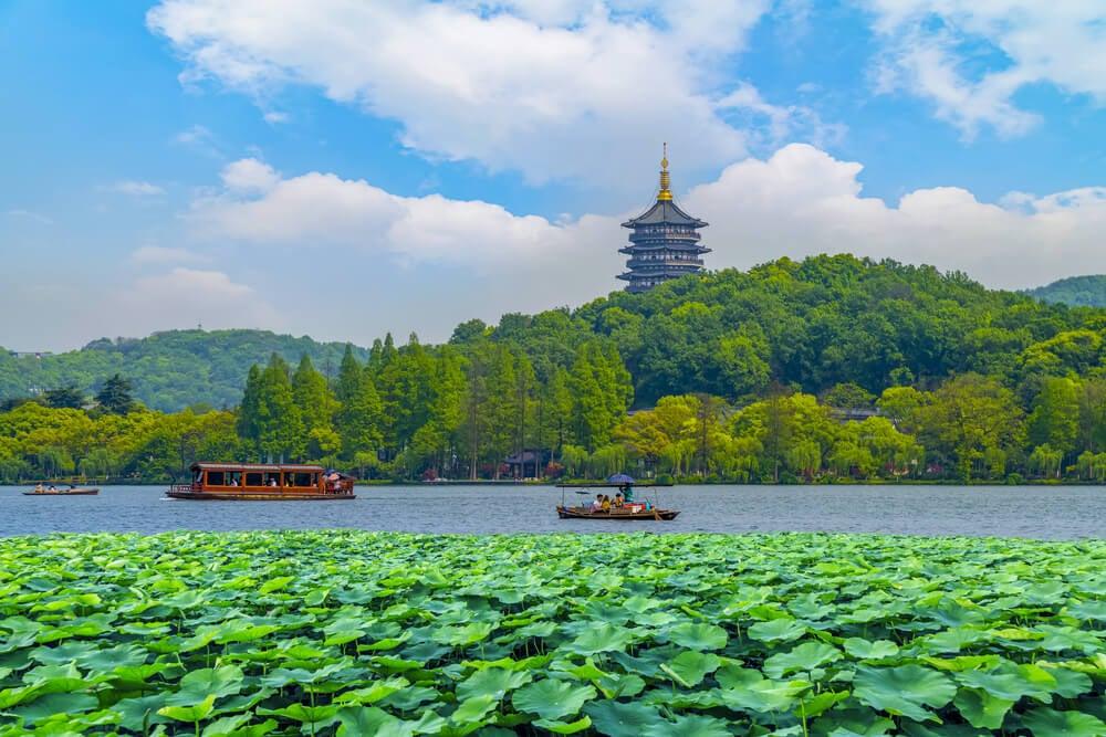 Barcos en el Lago Oeste de Hangzhou