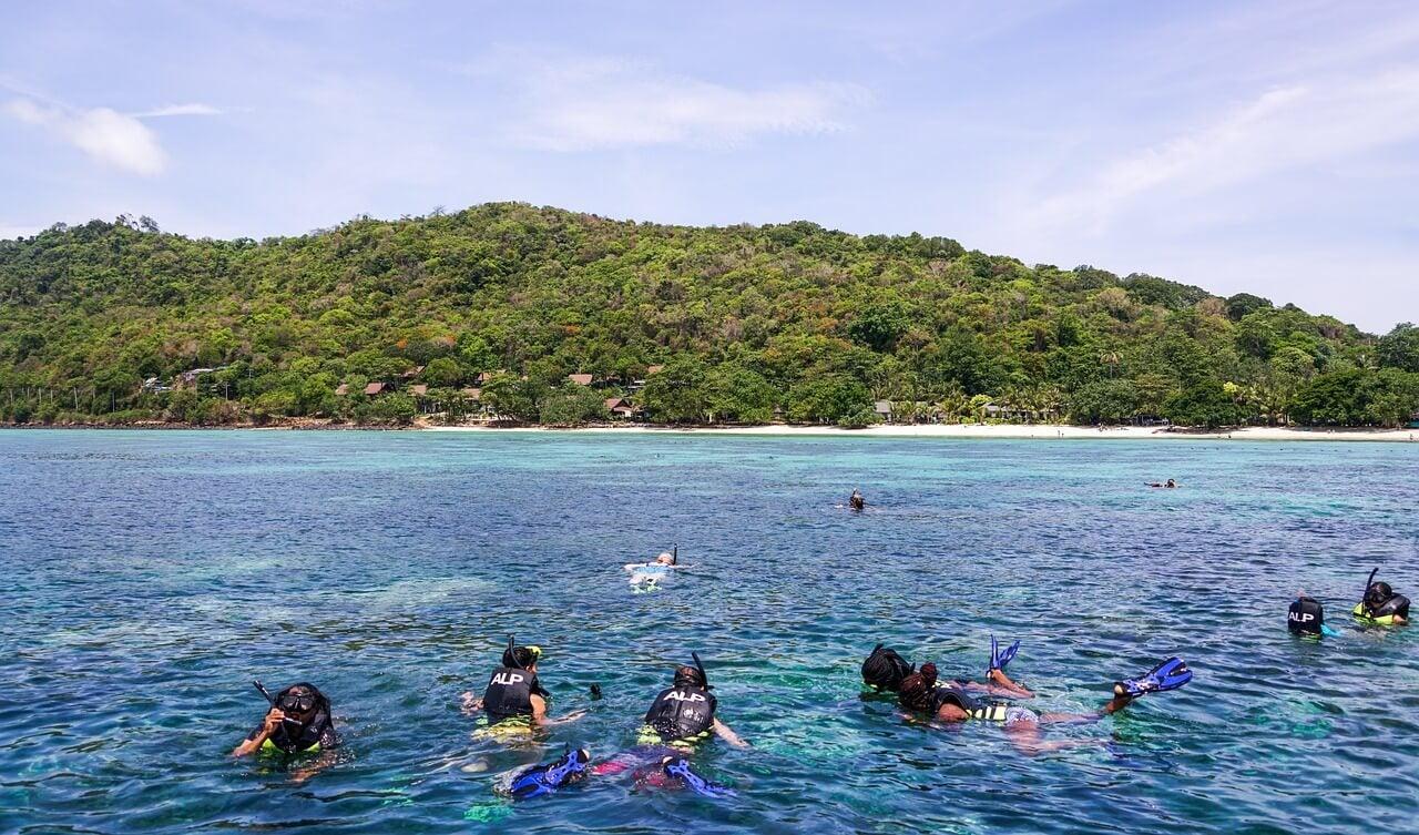 Buceadores en las islas Koh Phi Phi