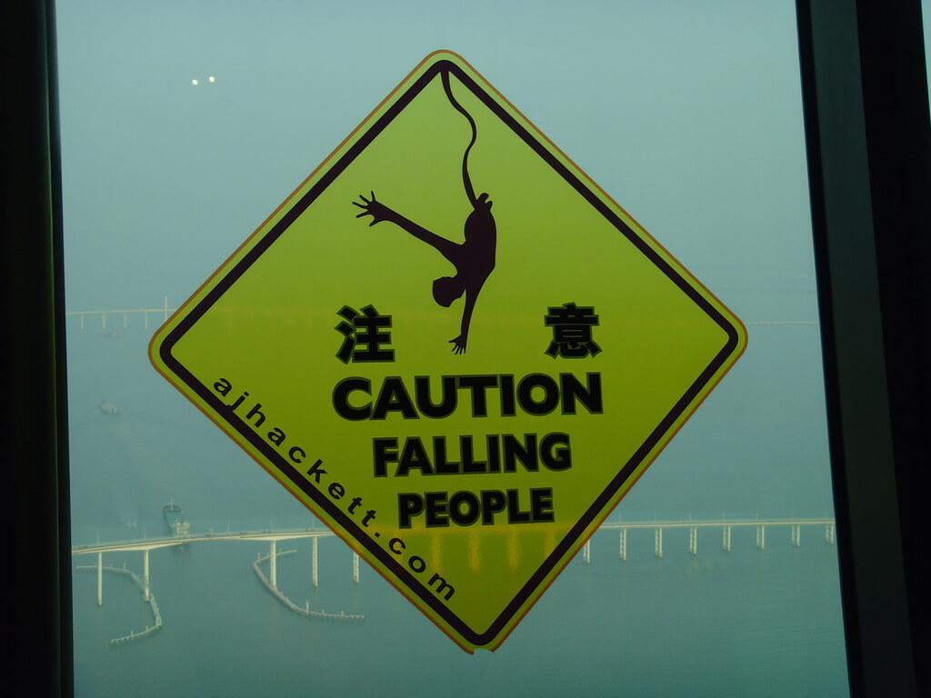 Aviso de gente saltando en bungee en la torre de Macao