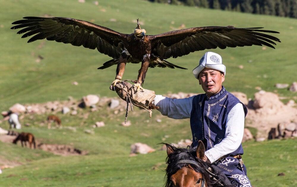 Cazador con su águila en Issyk Kul