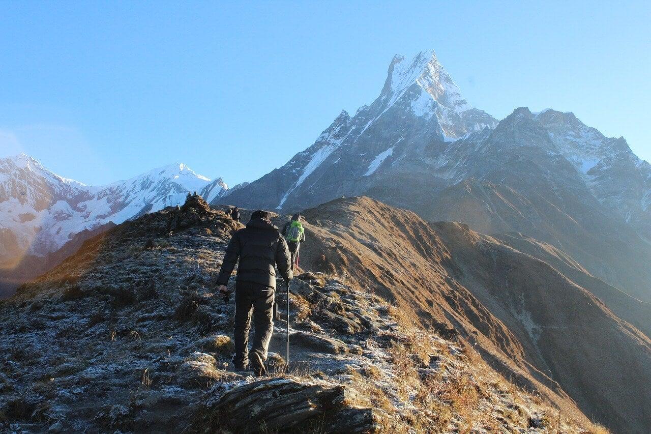 Deportistas haciendo trekking en Nepal