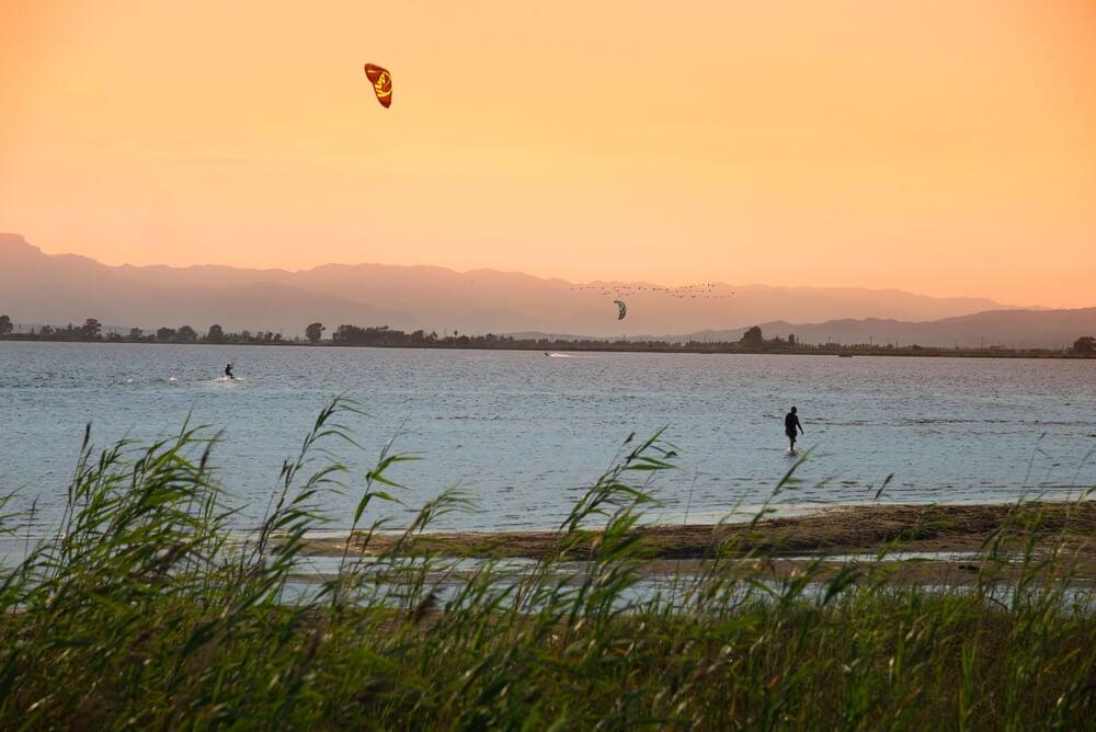 Kitesurf en la bahía de los Alfaques en el delta del Ebro