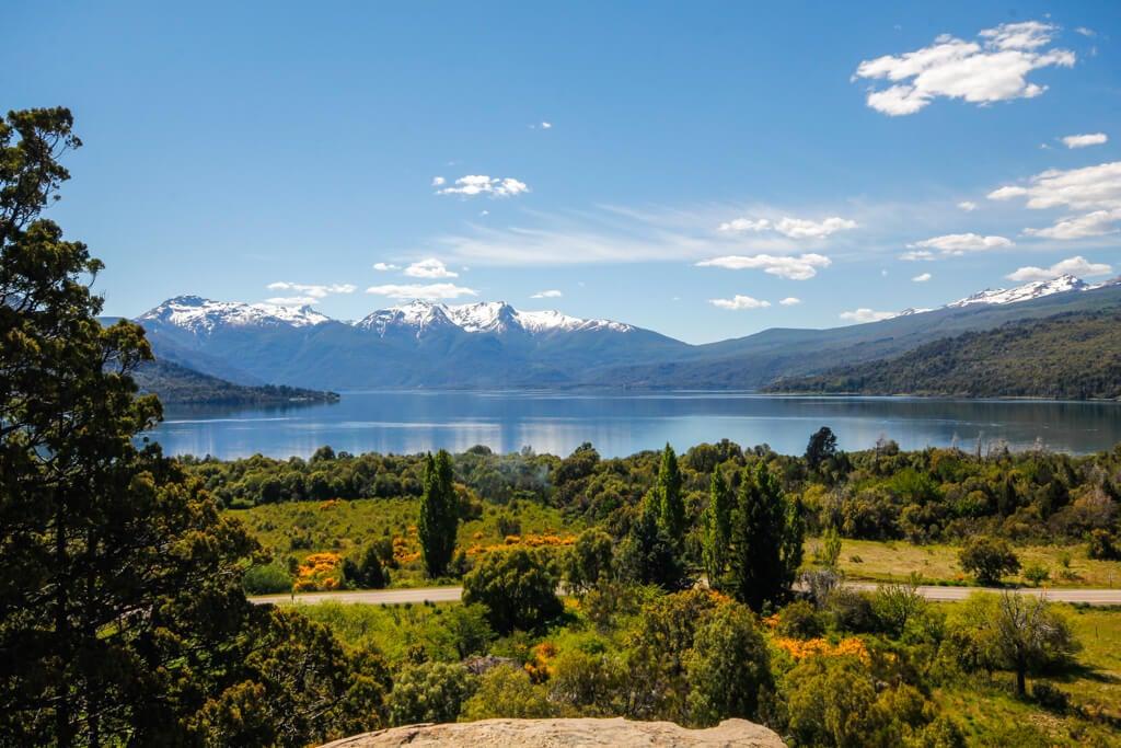 Vista del lago Lago Futalaufquen en Chubut