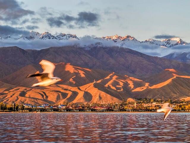 Lago Issyk Kul al atardecer