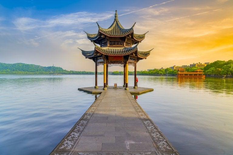 Viaja en barco por el Lago del Oeste en Hangzhou