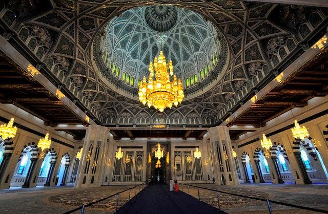 Interior de la mezquita del Sultán Qaboos en Mascate
