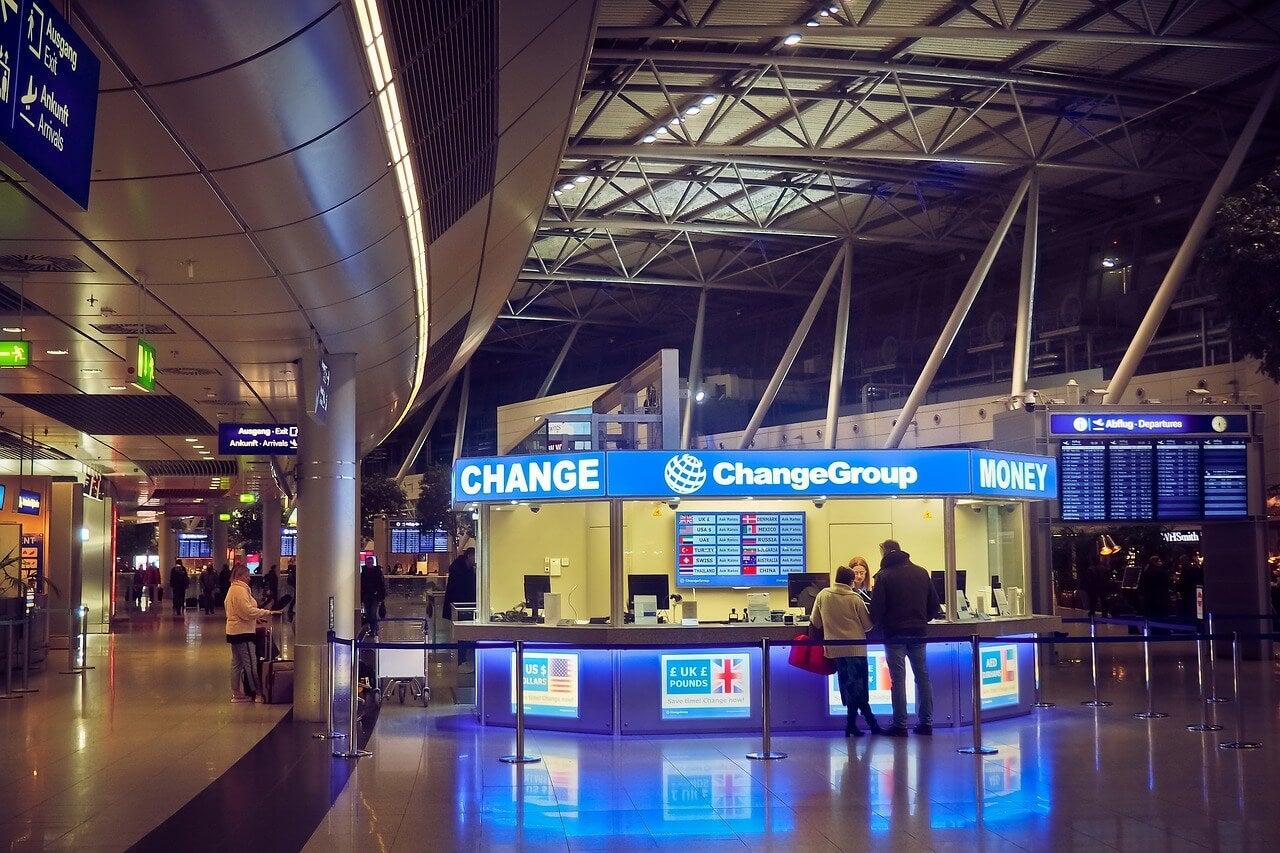 Oficina de cambio de divisas en un aeropuerto