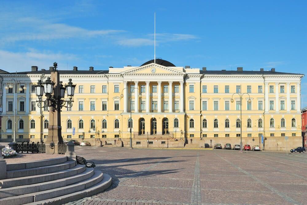 Palacio del Gobierno en la plaza del Senado de Helsinki