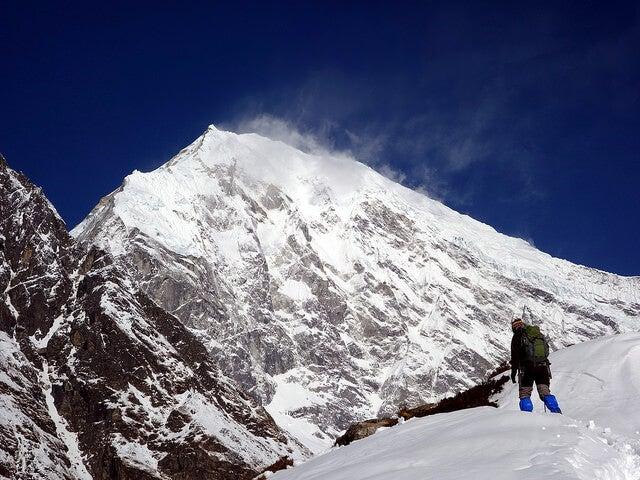 Deportista en el Parque Naciconal de Langtang en Nepal