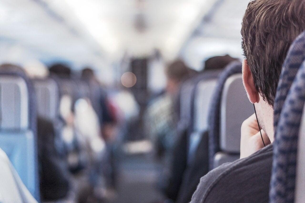 Pasajero en un avión que sabe controlar el miedo a volar