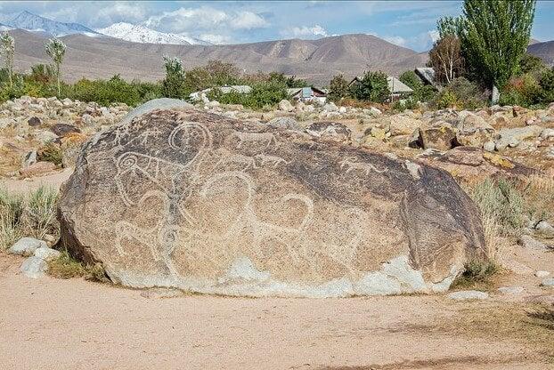 Petroglifo en Cholpon Ata