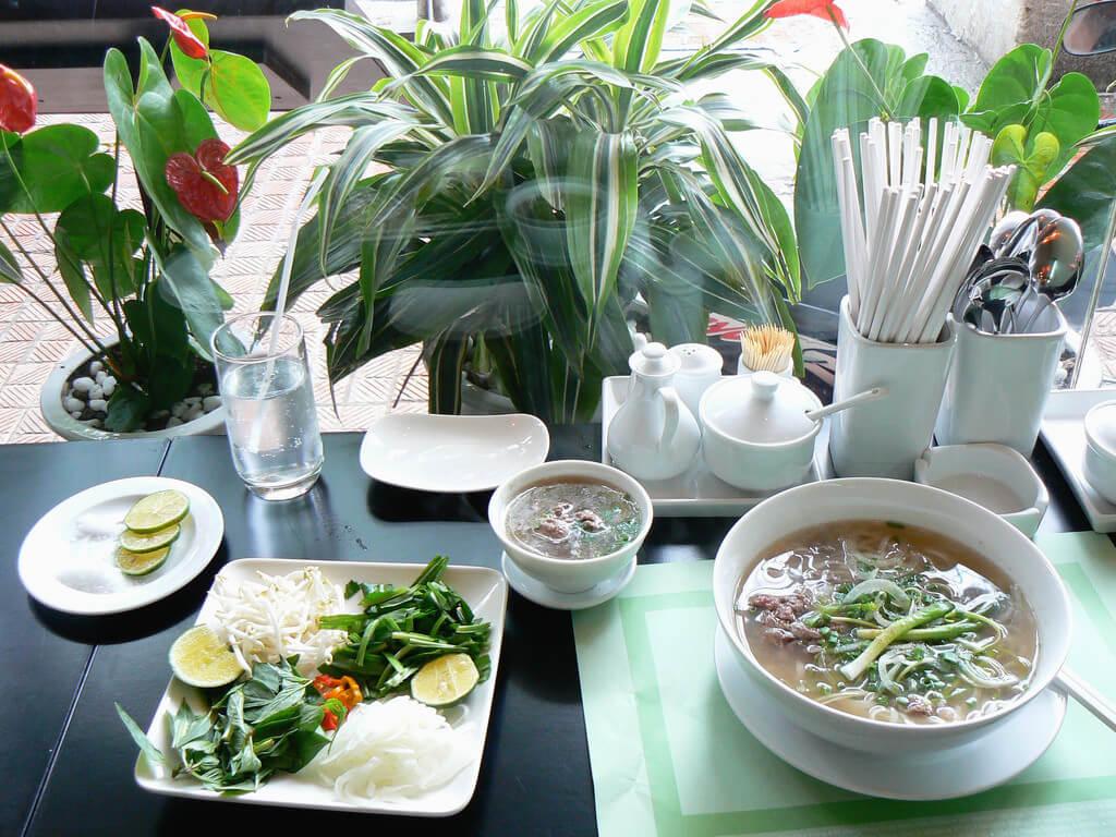 Plato de pho típico de Vietnam