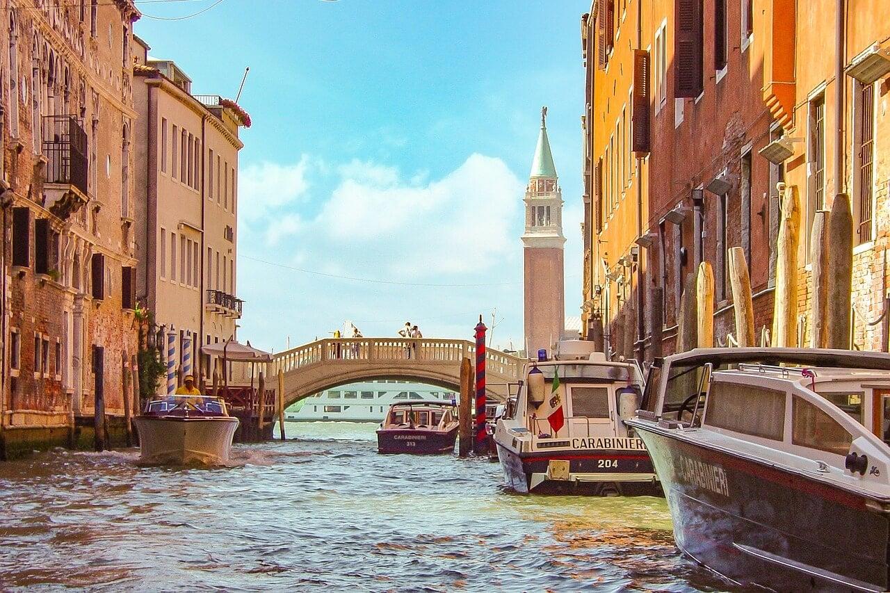Lanchas de policía en Venecia