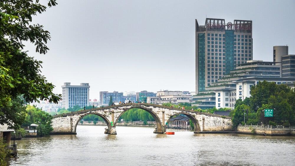 El puente Gongchen sobre el Gran Canal en Hangzhou