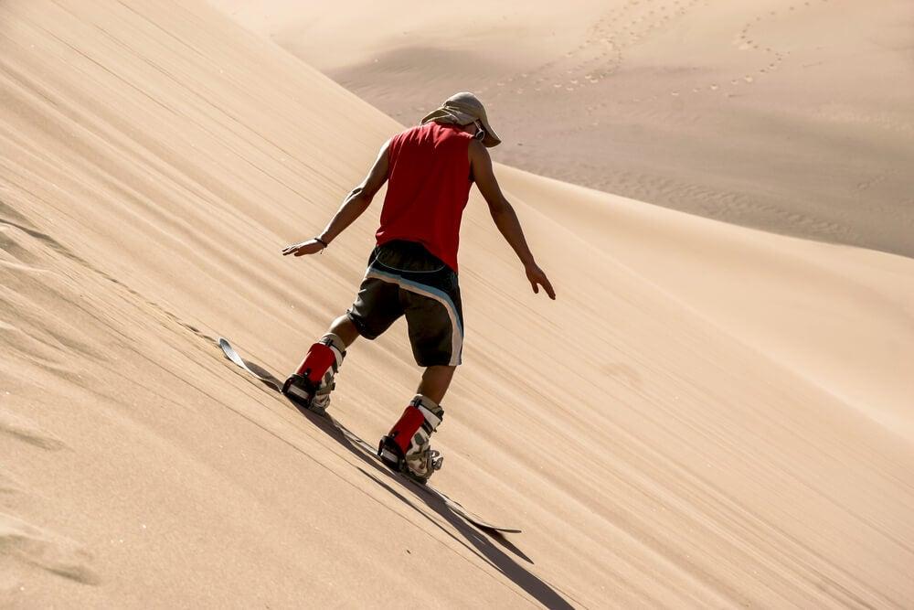 Sandboard en hermosas dunas de arena