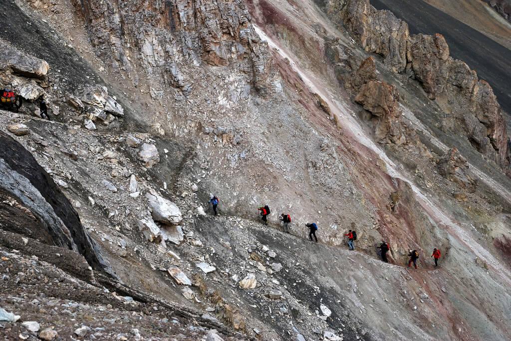 Senderistas ascendiendo al pico Lenin