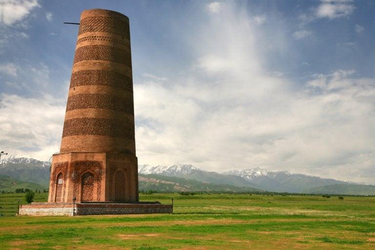 Los antiguos restos en la Torre de Burana, en Kirguistán