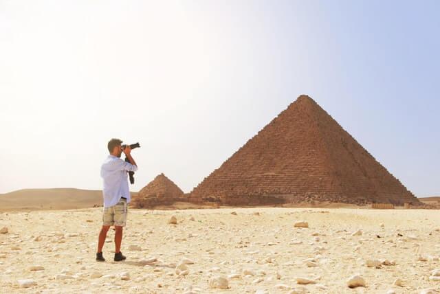 Tipos de turismo: viajero en las pirámides