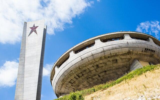 Torre y edificio principal del monumento de Buzludzha